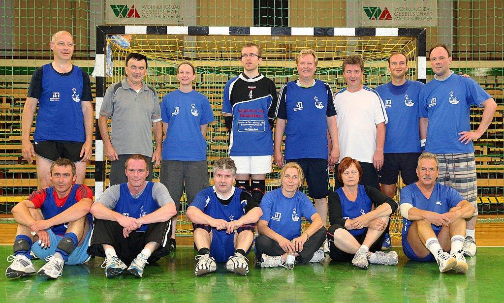 Das Team des Marketing-Clubs beim 2. Handball-Benefizturnier des Presseclubs am 28. Mai 2011 in der Hermann-Gieseler-Halle (Foto: Manja Winkler)