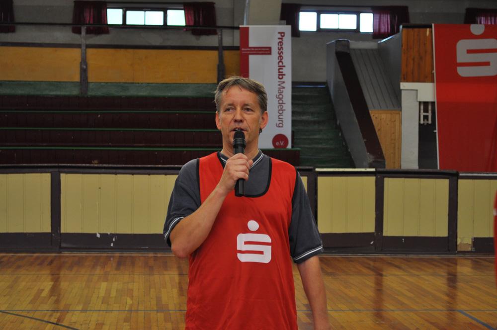 Norbert Doktor eröffnet das 2. Handball-Benefizturnier des Presseclubs am 28. Mai 2011 in der Hermann-Gieseler-Halle