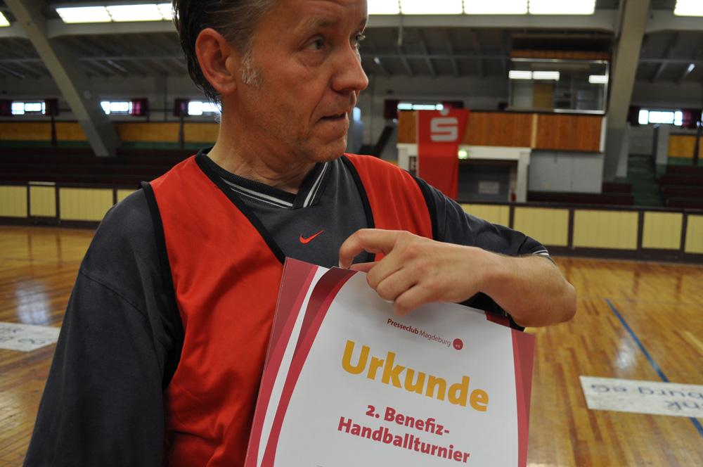Presseclub-Vorsitzender Norbert Doktor vor der Siegerehrung des 2. Handball-Benefizturniers des Presseclubs am 28. Mai 2011 in der Hermann-Gieseler-Halle (Foto: Thomas Opp)