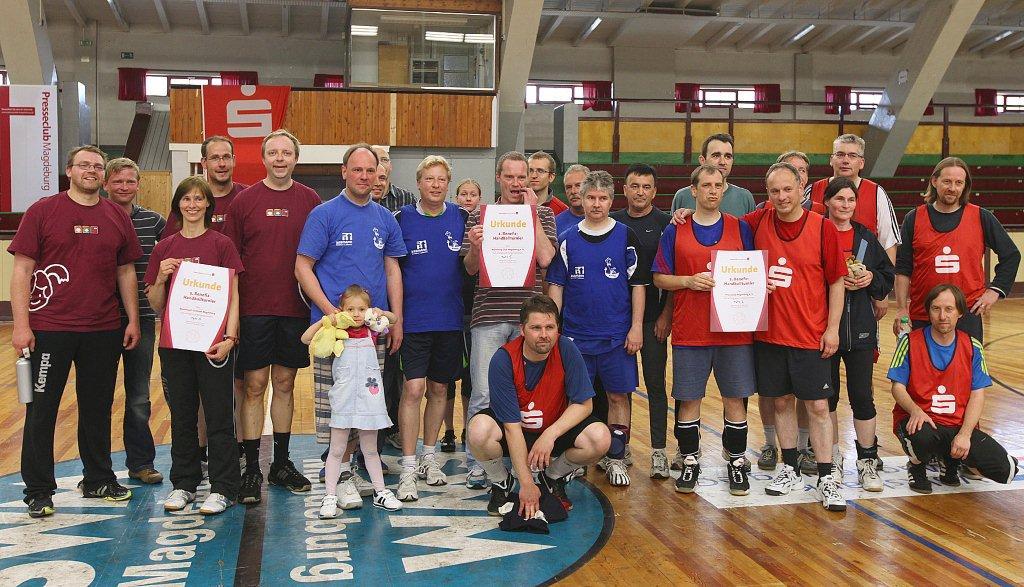 Siegerehrung beim 2. Handball-Benefizturnier des Presseclubs am 28. Mai 2011 in der Hermann-Gieseler-Halle (Foto: Manja Winkler)
