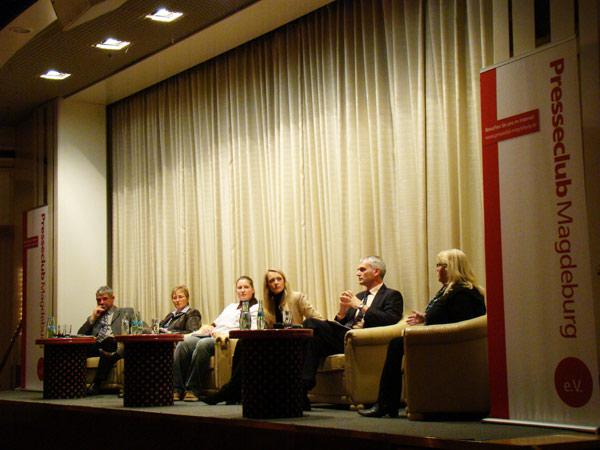 """Podiumsdiskussion """"Kinderbetreuung in Magdeburg"""" am 03.11.2009 im Maritim Hotel Magdeburg mit Dr. Detlev Klaus, Dr. Frauke Mingerzahn, Judith Kuhnert, Sandra Y. Stieger, Frank Bonse, Kerstin Schlenker (v.l.n.r.)"""