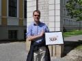 Vorstandsmitglied Ralf Steinmann mit unserem Geschenk vor dem Treffen von Vertretern des Presseclubs Magdeburg mit dem Presseklub Bremerhaven-Unterweser am 28.04.2012 in Magdeburg (Foto: Thomas Opp)