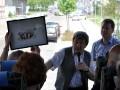 Günter Hartmann und Ralf Steinmann übergben das Geschenk des Presseclubs Magdeburg beim Treffen mit dem Presseklub Bremerhaven-Unterweser am 28.04.2012 in Magdeburg (Foto: Thomas Opp)
